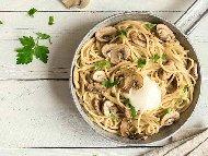 Спагети с пиле и гъби в млечен сос